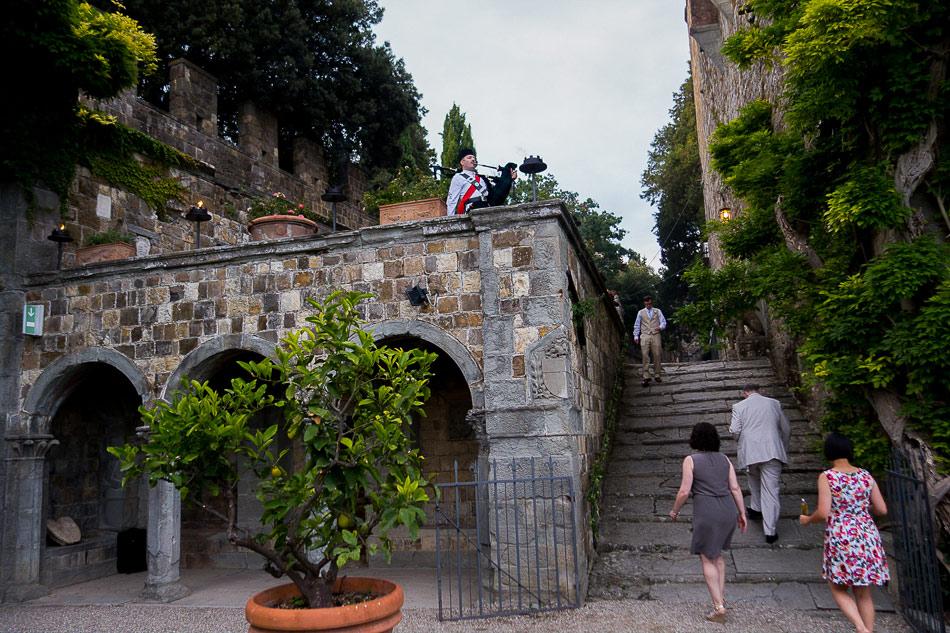 bagpiper-announcing-dinner-at-Castello-di-Vincigliata-in-Italy
