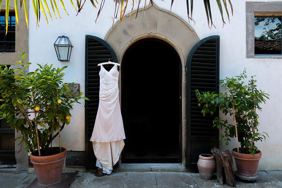 sheer-v-neck-wedding-dress-at-villa-in-Italy