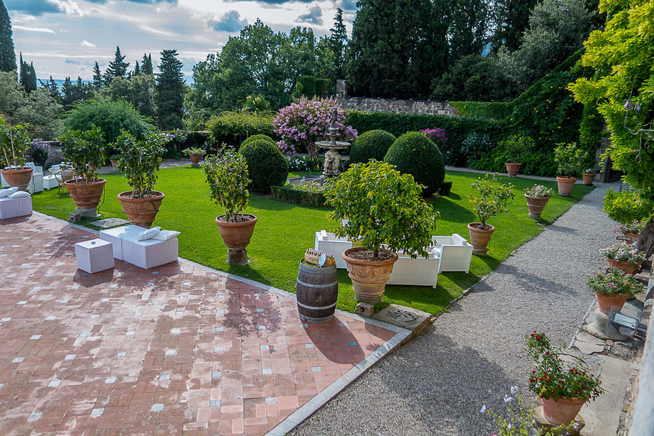 wedding-day-at-Castello-di-Vincigliata-garden