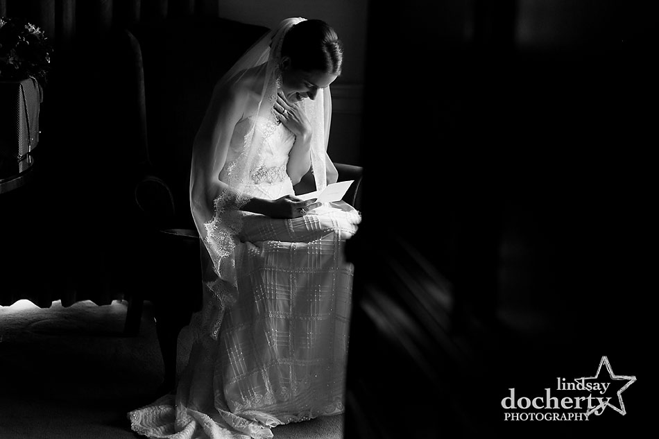 bride-reading-letter-from-groom-before-wedding-ceremony