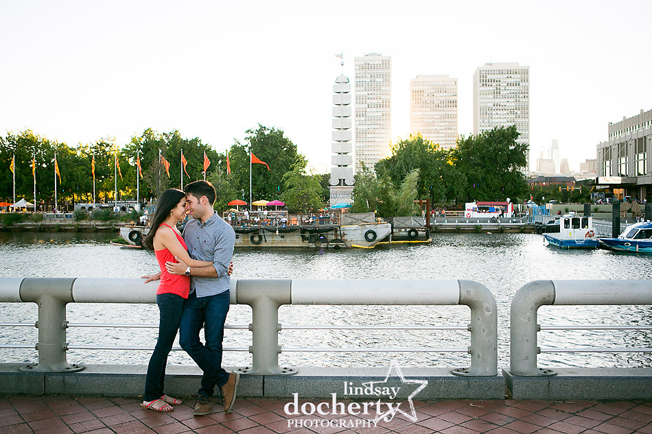 spruce-street-harbor-park-engagement-session-on-the-delaware