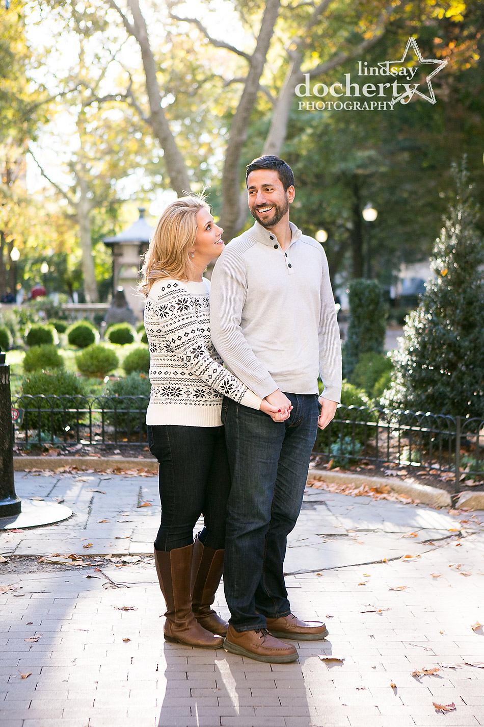 fall-rittenhouse-square-engagement-photoshoot-in-philadelphia