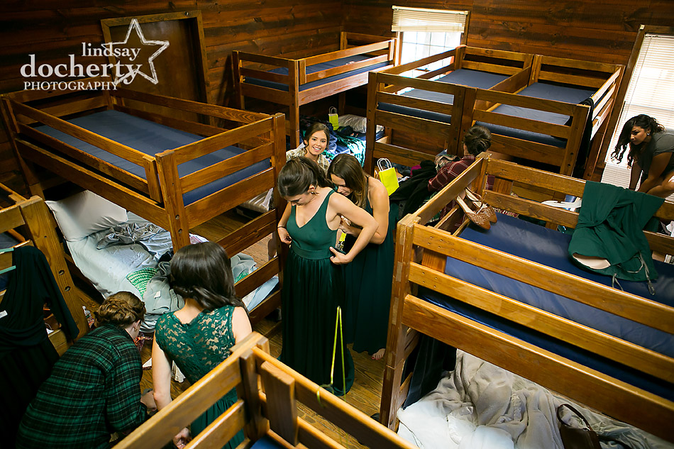 bridesmaids-getting-ready-in-campground-lodge-with-bunkbeds